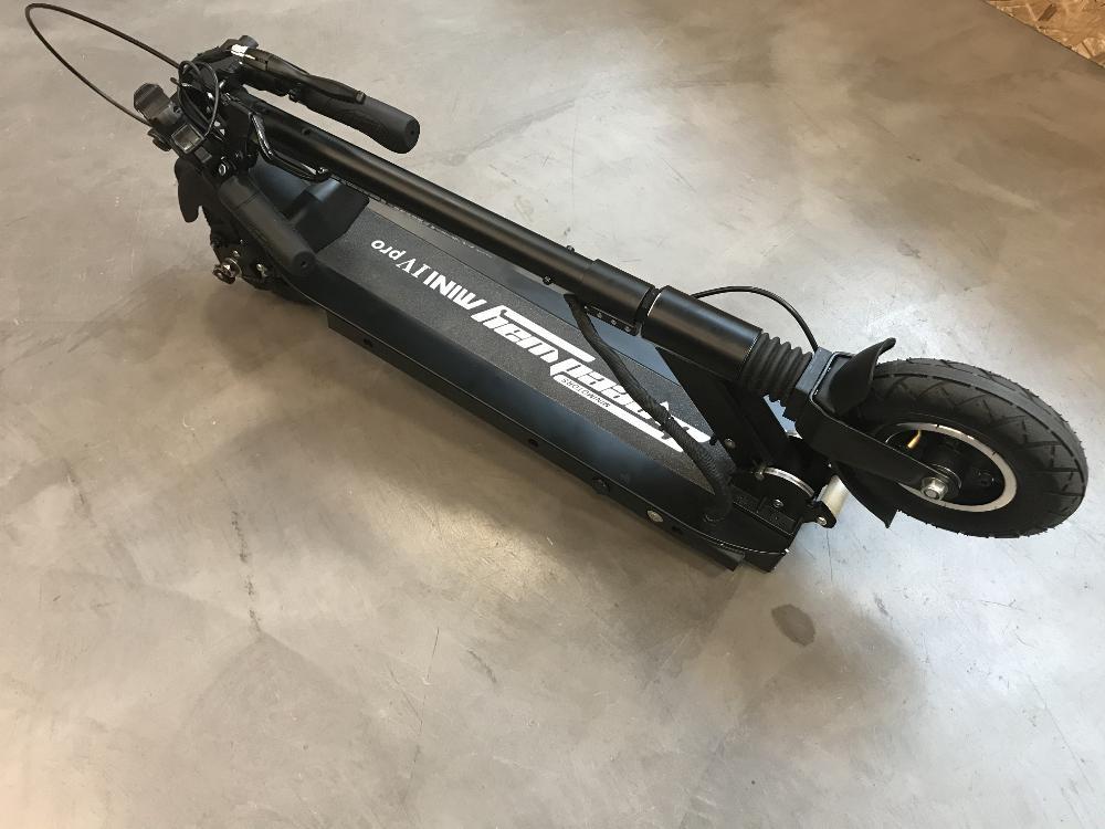 Hulajnoga elektryczna Speedway Mini 4 Pro z dodatkowym hamulcem przednim.